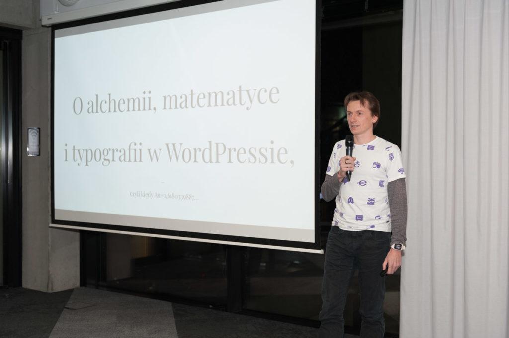 """Marcin Andrzejewski podczas prezentacji """"O alchemii, matematyce i typografii w WordPressie, czyli kiedy Au=1,6180339887…"""" na WordUp Warszawa w HubHub."""