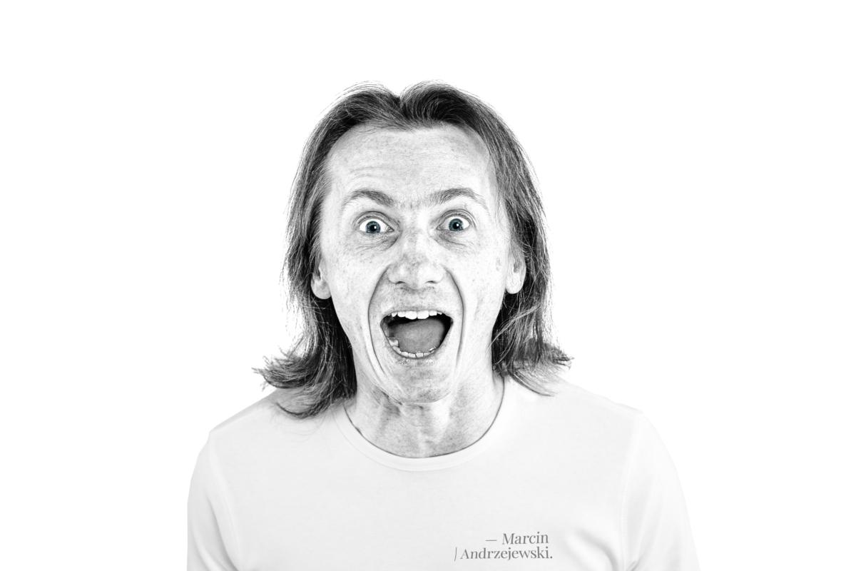 Marcin Andrzejewski. Popiersie w pozie dość zwariowanej. Wyraz twarzy mówiący o zdziwieniu oraz ekscytacji w sposób bardzo ekspresyjny.