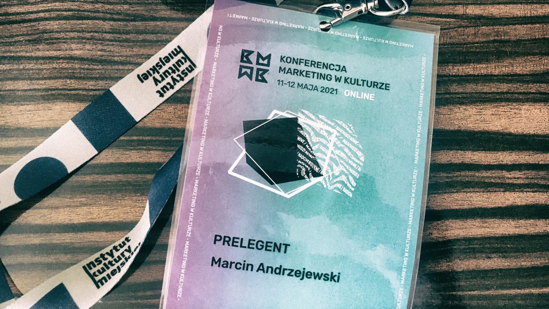 Identyfikator prelegenta – Marcin Andrzejewski. Konferencja Marketing w Kulturze 2021.