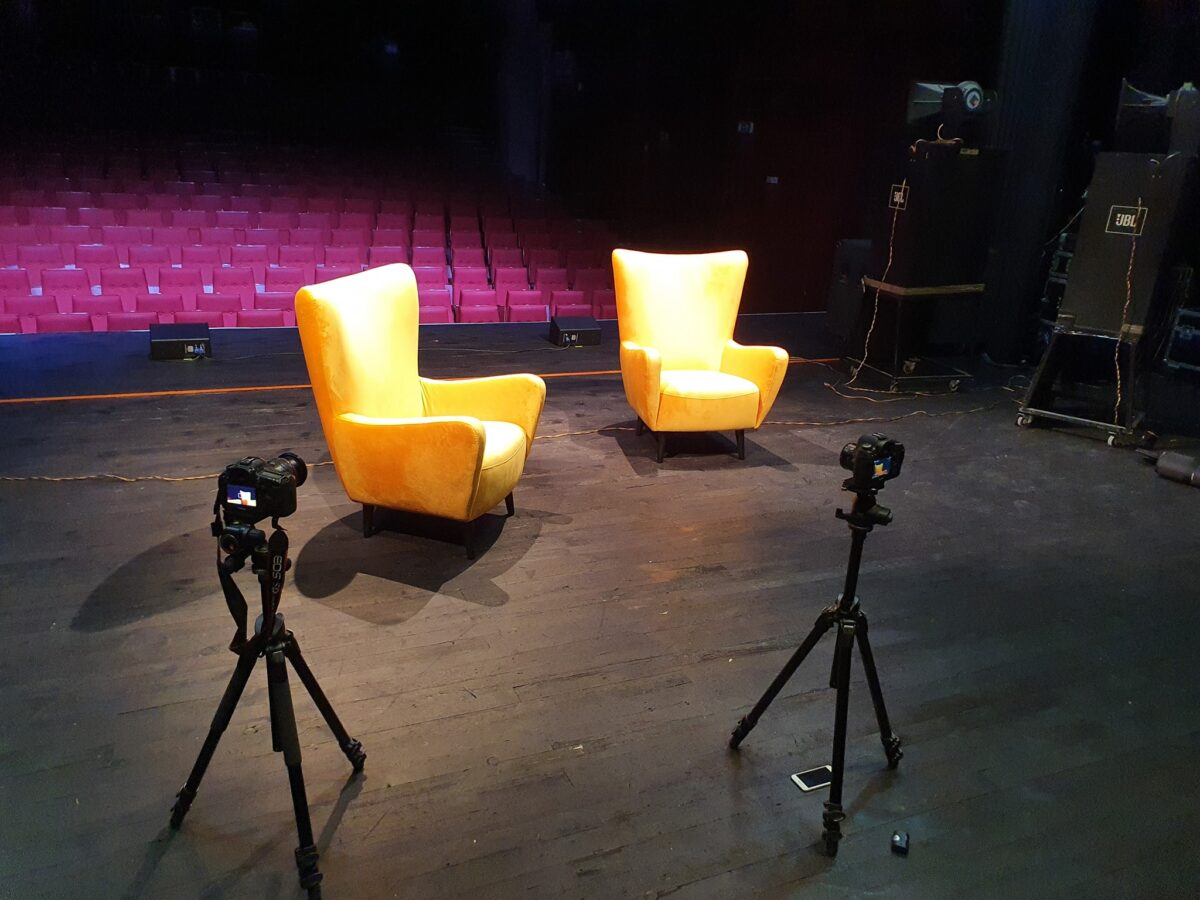 Sala Centrum Kultury i Sztuki w Kaliszu. Widok ze sceny na widownię podczas przygotowań do nagrania materiału wideo.